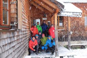 Gruppenfoto vor der Hermann von Barth Hütte